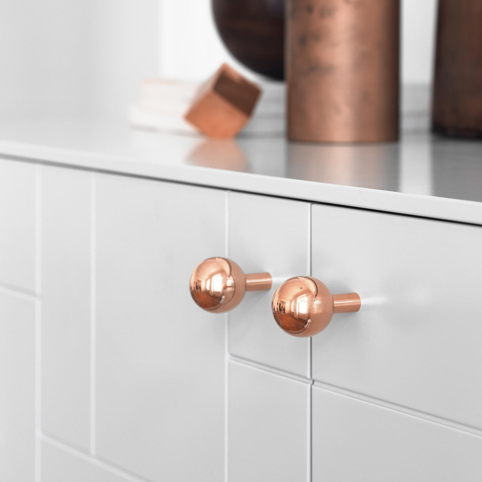 Copper knob on a patterned, light grey front
